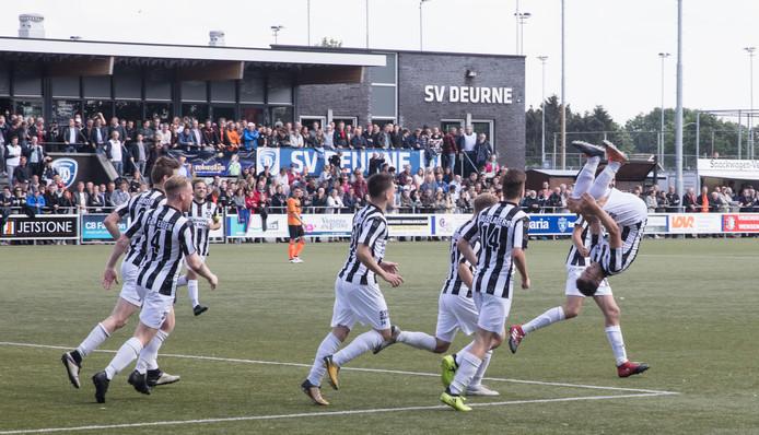 Gemert viert een doelpunt in de gewonnen bekerfinale van vorig seizoen tegen Wittenhorst. Deze werd op het terrein van SV Deurne gespeeld.