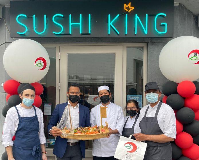 Het team van SushiKing Mol is klaar voor de opening.