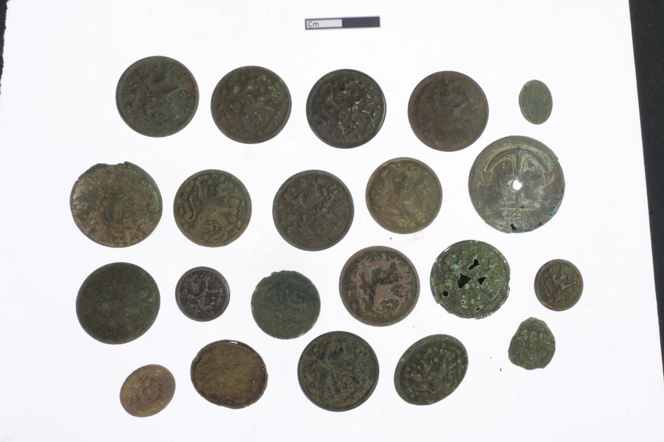De kogels, knopen en munten (foto) werden aangetroffen op de plek waar de waterputten, keukens en barakken waren.