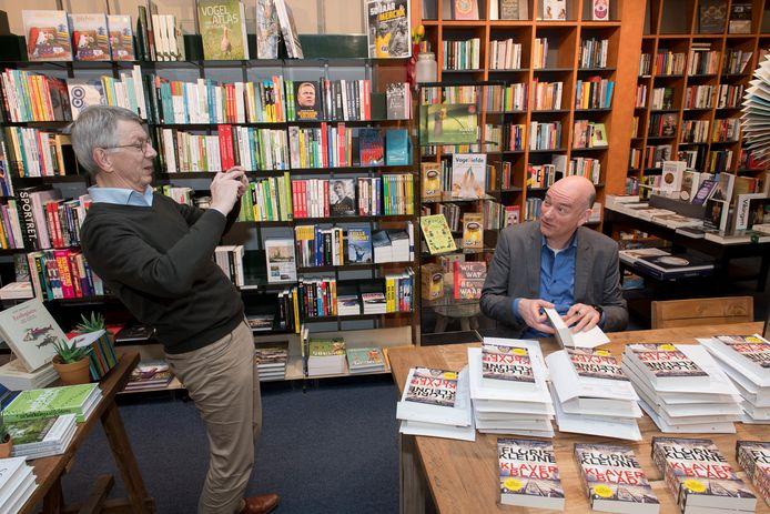 Auteur Floris Kleijne uit Maurik signeert online zijn nieuwe boek Klaverblad bij boekhandel Arentsen. Eigenaar  Maurits van Wijnen streamt het voor Facebook.