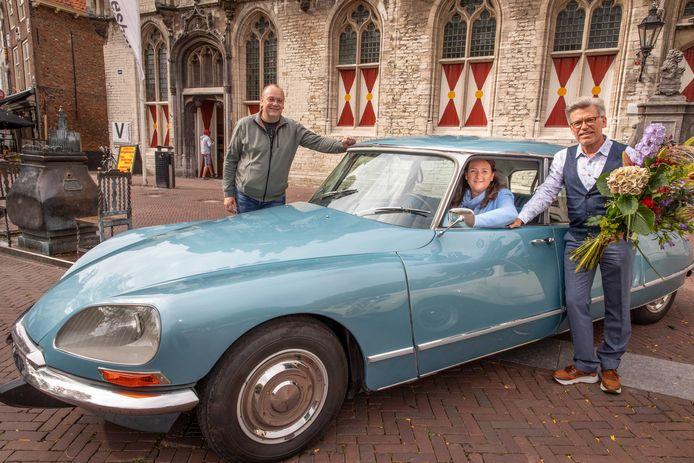 Trui Vandeputte kreeg van  man Jo Waffelaert (rechts met bloemen) een Citroën met de looks van een snoek of strijkijzer. De automobiel werd door restaurateur André van Eenennaam (links) met de modernste technieken voorzien van alle hedendaags comfort verstopt in nostalgische behuizingen.