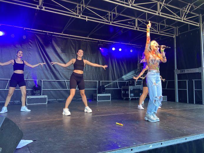 Zonder moeite bracht Camille haar jonge fans aan het zingen, joelen en springen