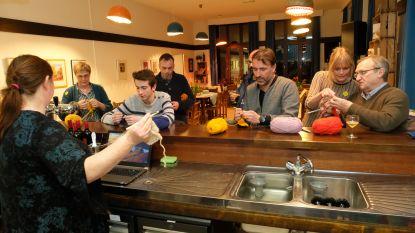 Mannen haken zich een weg naar wereldrecord (voor het goede doel en in combinatie met bieravond)
