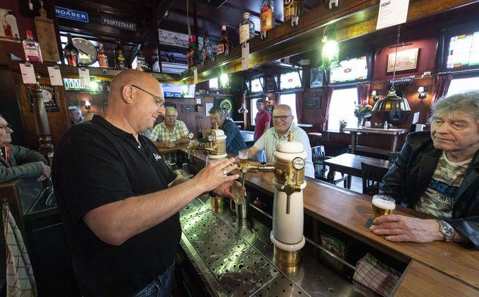 Michel Wiggers tapt weer zijn eerste biertjes sinds maanden voor zijn stamgasten, die de gezelligheid en sociale contacten erg gemist hebben.