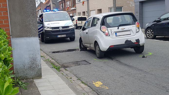 De politie onderwerpt de bestuurder van de witte Chevrolet aan een ademtest, die positief blijkt. In de koffer worden de gestolen goederen van in supermarkt Spegelaere aangetroffen.