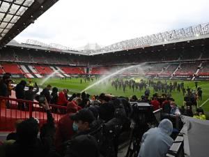 Les fans de Man U envahissent la pelouse d'Old Trafford, le choc contre Liverpool reporté