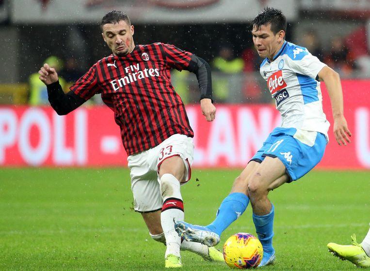 Hirving Lozano afgelopen zaterdag in duel met Krunic van AC Milan. Het werd 1-1 in het San Siro.