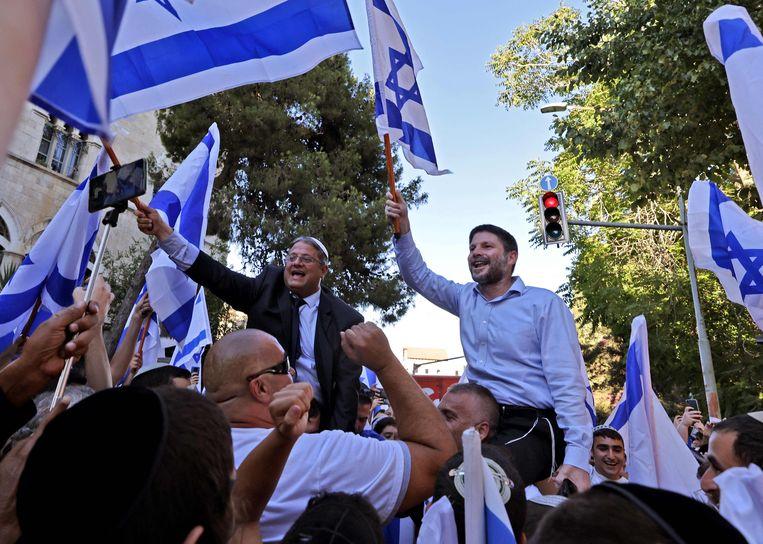De uiterst rechtse parlementsleden Itamar Ben-Gvir (l) en Bezalel Smotrich (r) deden dinsdag ook mee aan de vlaggenmars door Oost-Jeruzalem.  Beeld AFP