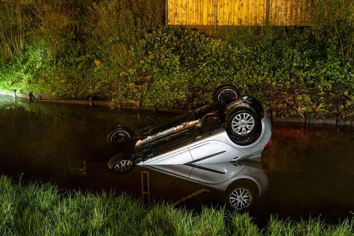 Ter hoogte van de Kreeksluisweg in Oosterhout is dinsdagochtend een auto te water geraakt.