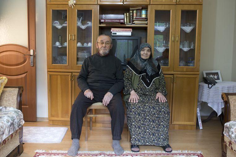 Leyla Uysal (82) en Nuri Uysal (84) zijn een uitgehuwelijkt stel. Ze poseren voor een foto op Valentijnsdag. Beeld Getty Images