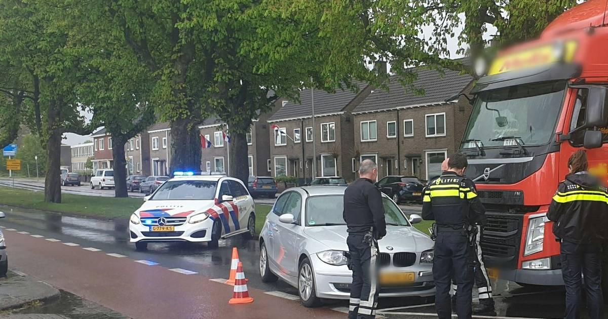 Singel in Enschede deels afgesloten na ongeluk tussen auto en vrachtwagen.