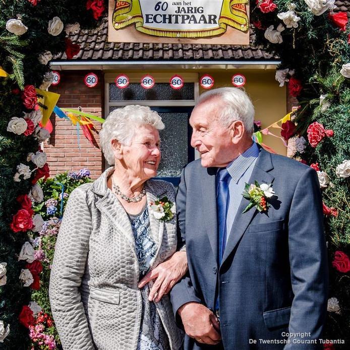 Johan en Roelofje Harms uit Westerhaar: 60 jaar getrouwd en nog steeds blij met elkaar.
