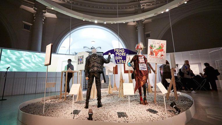 Op de tentoonstelling in het Victoria and Albert Museum zijn stukken te zien van onder anderen Stella McCartney en Vivienne Westwood (de jurk rechts) Beeld G-Star Raw