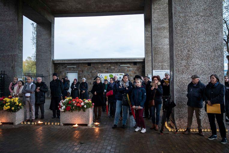 Bezoekers aan het kerkhof van Waterschei luisteren op Reveil naar stemmige verhalen, gedichten en muziek.