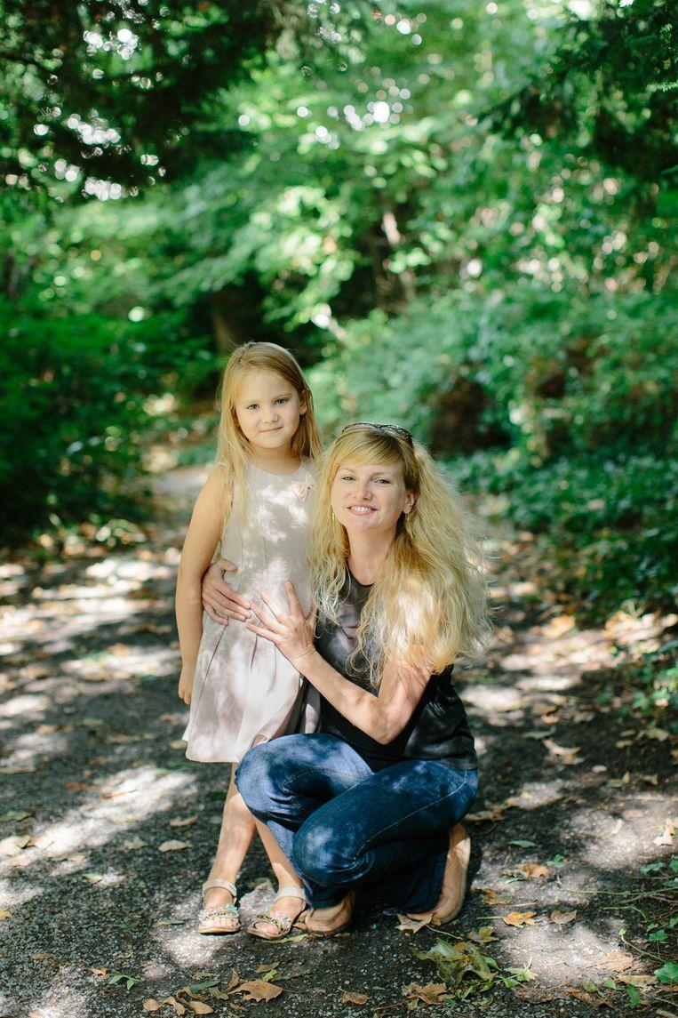 Julie Bertone, docente aan de VUB, met haar dochtertje Lou.  Beeld Kevin Faignaert