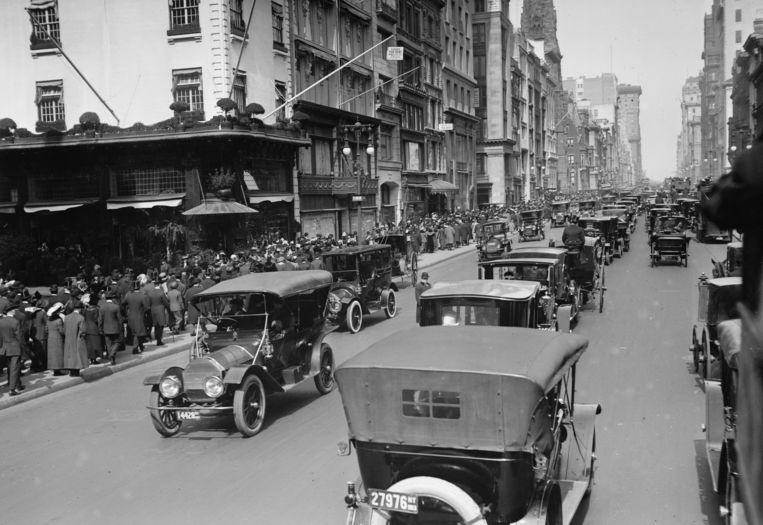 Fifth Avenue in New York op Eerste Paasdag, 1911. De paarden hebben plaatsgemaakt voor auto's. Beeld Getty Images
