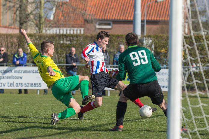 Elco Jansen (rood-wit-blauw) zet Krabbendijke in 2018 op 2-0 tegen Noad'67.
