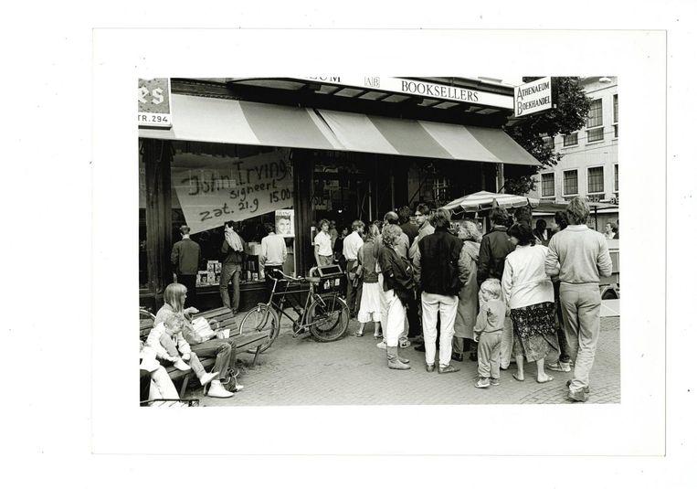 Mensen staan in de rij voor een handtekening van John Irving. Beeld Ewoud de Kat