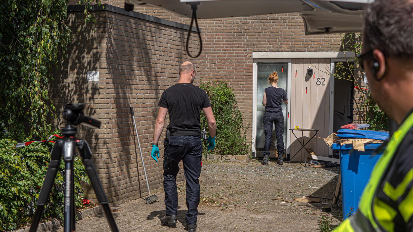 Politie doet onderzoek bij de woning waar de explosie plaatsvond.