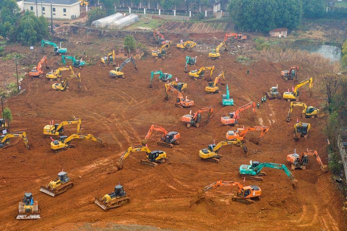 Des dizaines de bulldozers se sont mis au travail pour construire un hôpital d'urgence.