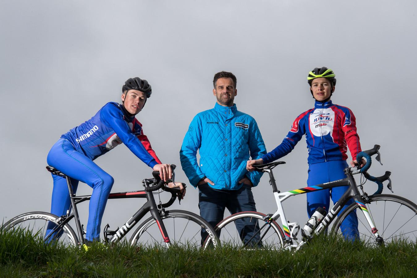 Tim Naberman,  (links, met vader Erik en broer Sam) fietst in 2019 voor de opleidingsploeg van Sunweb.