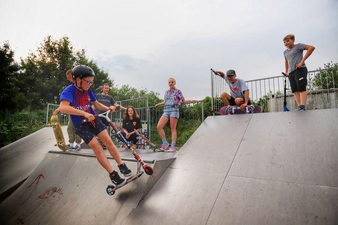 Skaters zijn een petitie begonnen voor een nieuw betonnen skatepark in Hellevoetsluis.