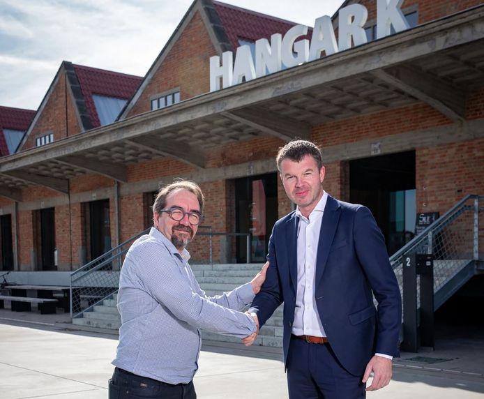 Vincent Vanderbeck (links) van Hangar K en Bert Mons van Voka - Kamer van Koophandel West-Vlaanderen, bij de co-creatiehub van Hangar K op het Nelson Mandelaplein in Kortrijk