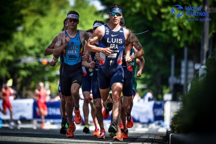 Marten Van Riel (links) tijdens de afsluitende loopproef in het Japanse Yokohama op jacht naar de koplopers. De Kempenaar zou uiteindelijk als zevende over de streep komen in de eerste wereldbekerwedstrijd van het seizoen.
