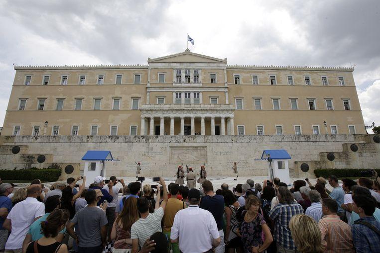 Het Griekse parlement, waar de discussie over een eventueel referendum rond het voorstel van de geldschieters gevoerd wordt. Beeld AP