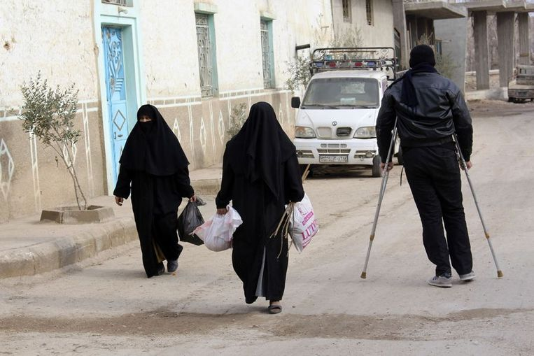 Inwoners maken een wandeling in Oost-Ghouta.  Beeld reuters