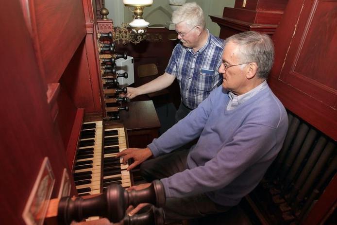 Koster Jan Admiraal en restauratie-adviseur Aart van Beek hebben het orgel deze week alweer uitgebreid getest. Vanavond vindt in de Grote Kerk het eerste concert plaats op het monumentale instrument. Sacha Wunderink