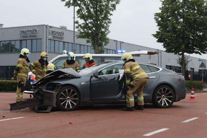 Auto's botsen loeihard op kruising in Boxtel.
