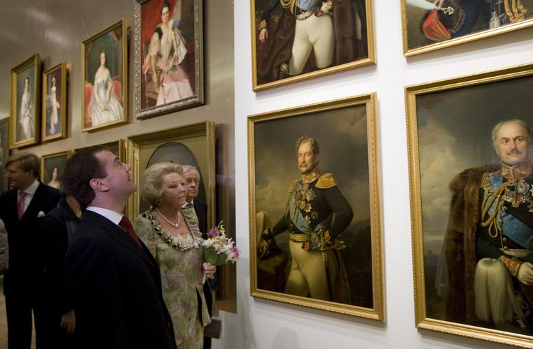 Koningin Beatrix en president Medvedev lopen vrijdag langs schilderijen met portretten uit de vroegere Russische society bij de opening van het museum de Hermitage Amsterdam. Foto ANP Beeld