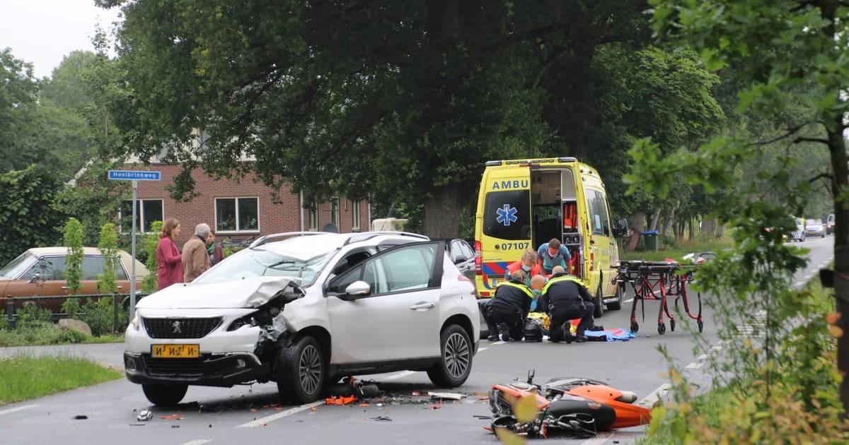 Bromfietser zwaargewond door botsing met auto in Harskamp.