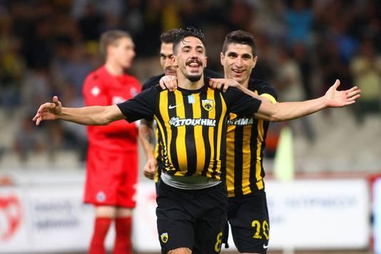 Andre Simoes viert een treffer voor AEK.