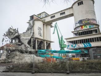 De oude betoncentrale verdwijnt snel, twee van de vier kenmerkende silo's zijn weg