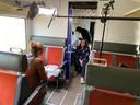 Regisseur Femke Veltman van Andere Tijden, zittend in het gangpad, in gesprek met Sabine van Vugt.
