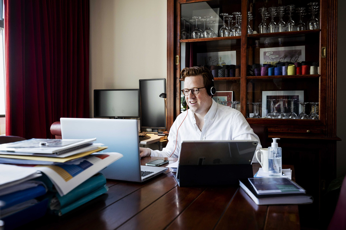 Raadslid Geert Koster in zijn werkkamer voorafgaand aan een digitale vergadering.