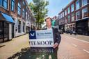 Jan Kokje werkt voor  De Vries Robbé Makelaardij en is voorzitter van de Nederlandse Vereniging van Makelaren in de regio Haaglanden. ,,Het is gekte. Ik maak mee dat meen een ton overbieden op een huis dat voor zeven ton te koop staat.''   Foto:Frank Jansen