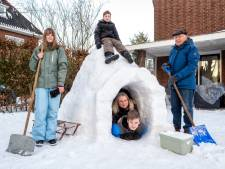 Lekker warm in de iglo: Velpse familie Willems brengt de nacht door in zelfgemaakt sneeuwhuisje