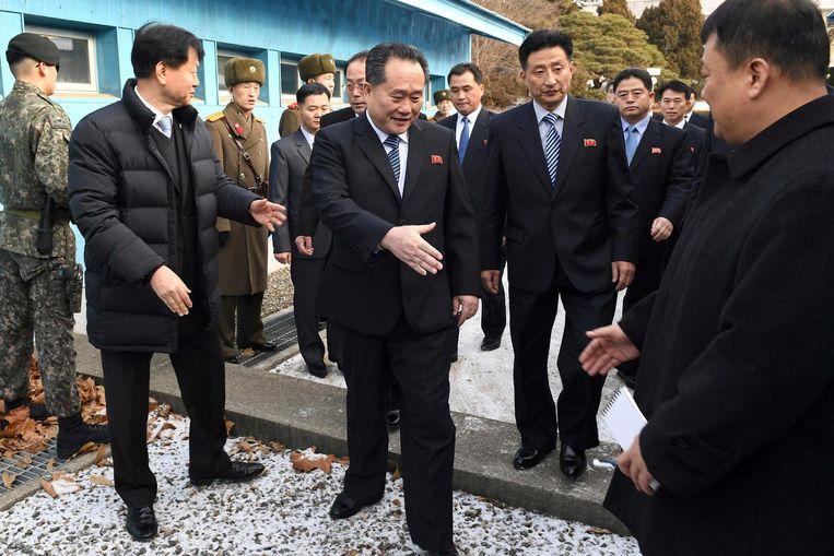 Leden van de Noord- en Zuid-Koreaanse delegaties groeten elkaar. Beeld ap