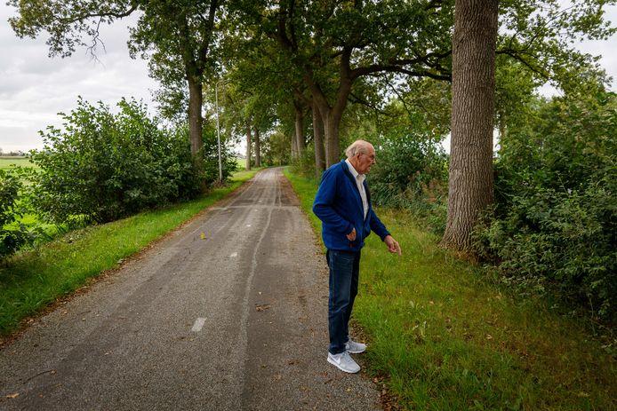 Arend Pluim wijst de plek aan op de plek langs de Driftlakenweg (nu een fietspad) waar hij op 20 november 1943 in het gras het bloed zag van de doodgeschoten burgemeester Roege. Hij beijvert zich voor een bermmonument op deze plek.