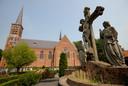 Ook vanaf de RK-kerk van Kwadendamme wordt voorlopig niet gevlagd. In tegenstelling tot de andere dorpen, wordt hier geen tijdelijke vlaggenmast geplaatst. In plaats daarvan gaat de vlag bij de mast voor het dorpshuis in top.