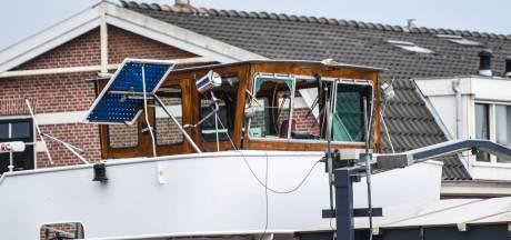 Schip ramt brug in Alphen, ruiten van stuurhut aan gruzelementen