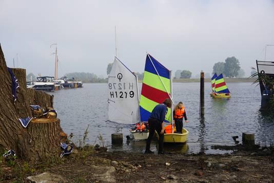 Kinderen van 7 tot 11 jaar kunnen het zeilen onder de knie krijgen bij De Dolfijnen van scouting Sint-Martinus.