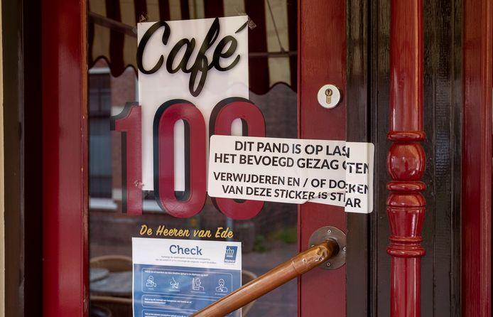 Café 100 aan de Grotestraat in Ede is afgelopen vrijdagavond op last van de gemeente gesloten wegens het overtreden van de coronaregels.