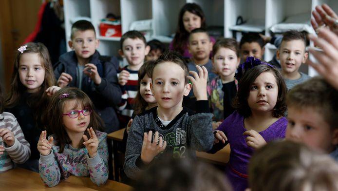 Zejd (midden) en zijn klasgenootjes leren gebarentaal.