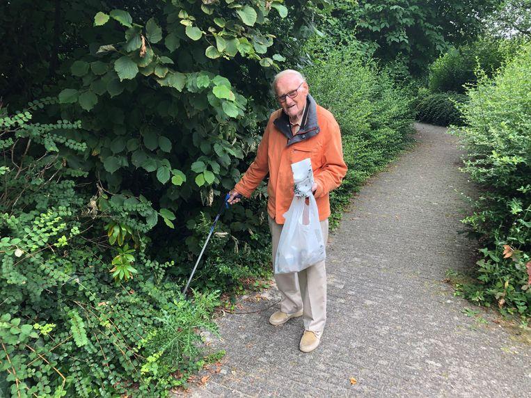 De 86-jarige Louis Jacobs trekt zeven dagen op zeven met zijn grijper en vuilniszakken naar het gemeentelijk park van Diegem en de omliggende straten.