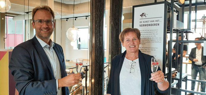 De wethouders Menno Roozendaal en Coby van der Pas proosten op het nieuwe RAADhuis in Schijndel.