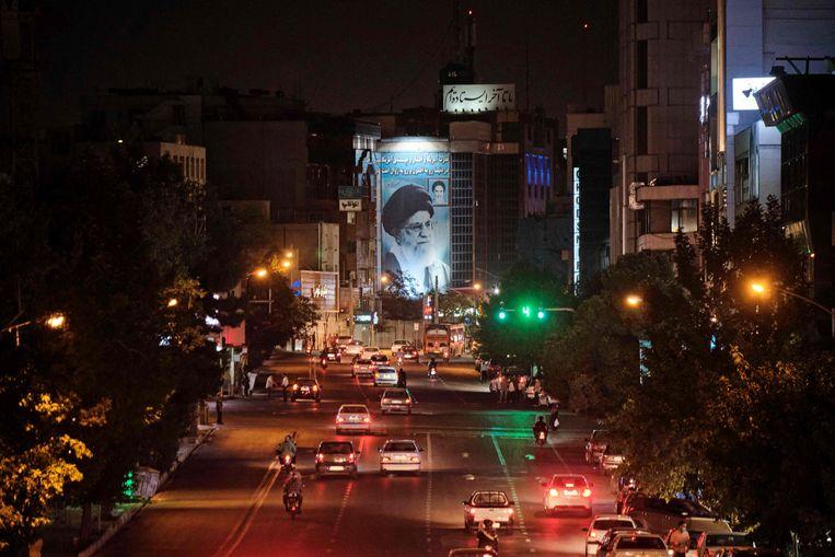 Een beeltenis van de Iraanse leider ayatollah Ali Khamenei in de hoofdstad Teheran. Beeld AFP